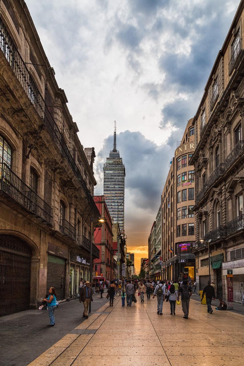 personas caminando por la calle Madero